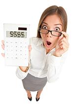 Geschrokken vrouw met calculator in de hand