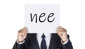 man 'houdt papier omhoog met tekst 'nee'